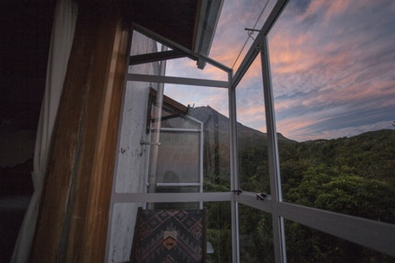Mountain Nook - Well designed rooms, with a glass nook, comfy chairs, all for the view :)