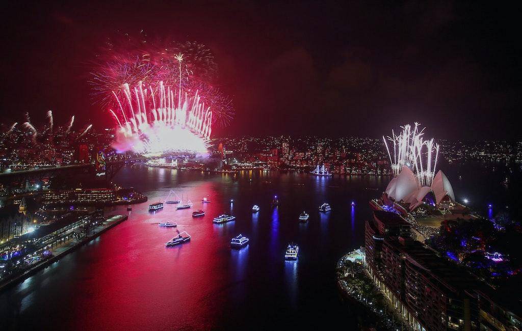 775094912DA107_City_Of_Sydn - SYDNEY, AUSTRALIA - JANUARY 01:  Midnight fireworks on New Year's Eve on Sydney Harbour on January 1, 2018 in Sydney, Australia....