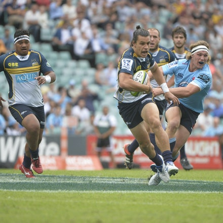 _PB16788 - 2015 22nd March. Waratahs defeat the Brumbies at Allianz Stadium 28-13. Flyhallf Matt Toomua sets up for a try