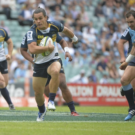 _PB16789 - 2015 22nd March. Waratahs defeat the Brumbies at Allianz Stadium 28-13. Flyhallf Matt Toomua sets up for a try
