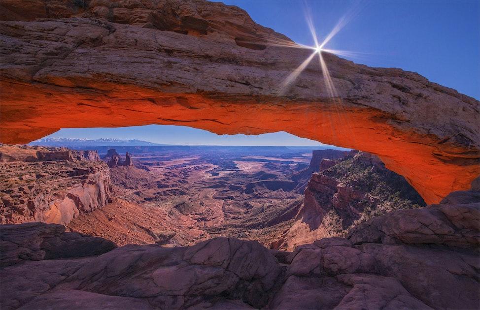 Mesa-Arch-glow-and-Sunstar-U0272-20x30