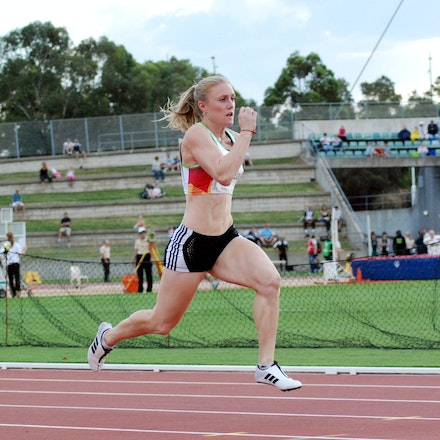 Sally McLellan - Sally McLellan strides out down the back straight in the 4x100m at the 2009 Sydney Track Classic.