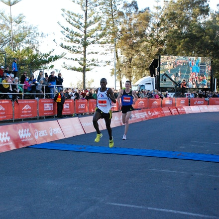 Sprint finish - Tanzania's Dickson Marwa sprints clear of Gold Coast local Michael Shelley to take out the 2009 Gold Coast Half Marathon in a time of 62:09.